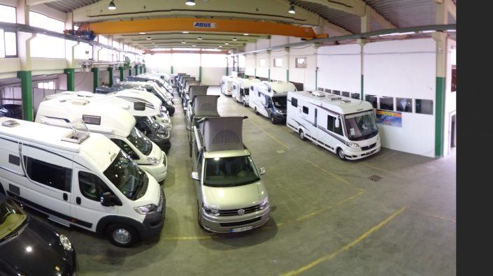 Unsere Fahrzeughalle in Kiefersfelden mit zahlreichen Reisemobilen 2