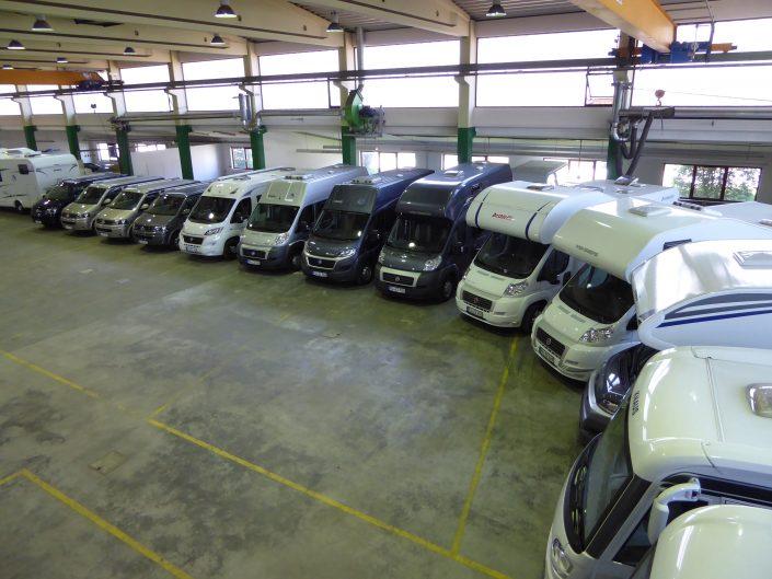 Unsere Fahrzeughalle in Kiefersfelden mit zahlreichen Reisemobilen